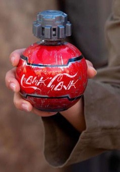 Có hình dạng giống bom, nước giải khát Coca Cola bị cấm mang lên máy bay