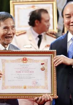 Nghệ sĩ Trần Hạnh xúc động nhận danh hiệu Nghệ sĩ nhân dân