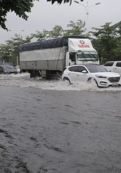 Bão số 3 gây mưa lớn, hàng loạt tuyến phố Hà Nội ngập nặng