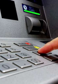 Hai bảo vệ khống chế người nước ngoài gắn thiết bị lạ vào trụ ATM