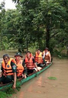 Cứu hộ người dân Campuchia bị ảnh hưởng bởi mưa lũ