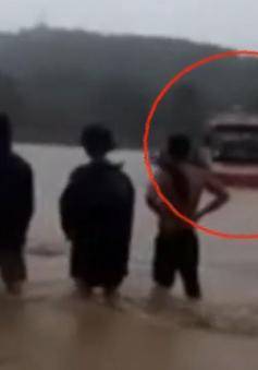 Xe khách chở 60 công nhân liều lĩnh băng qua lũ dữ