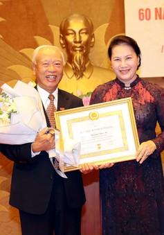 Nguyên CTQH Nguyễn Văn An nhận huy hiệu 60 năm tuổi Đảng
