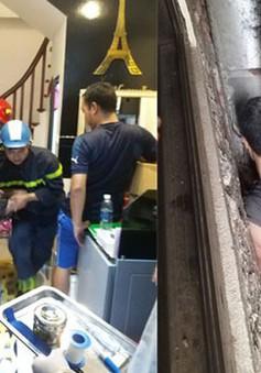 Hà Nội: Giải cứu người đàn ông mắc kẹt trong khoảng không của 3 ngôi nhà