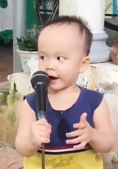 Bất ngờ với bé 2 tuổi biết đọc tiếng Việt và tiếng Anh