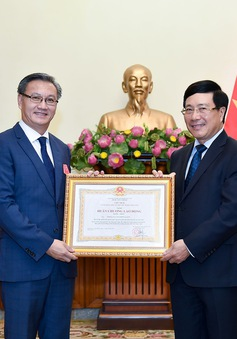 Trao Huân chương Lao động hạng Nhất cho Đại sứ Lào tại Việt Nam
