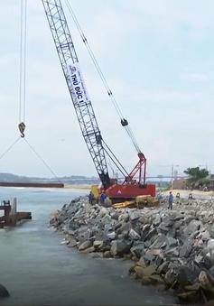 Gấp rút thi công kè chống sạt lở bờ biển Khê Tân, Quảng Ngãi