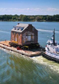 Di chuyển tòa nhà cổ gần 300 năm tuổi, nặng 400 tấn trên sông
