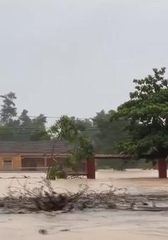 Nước lũ ở Hà Tĩnh dâng cao tận nóc nhà, hàng nghìn hộ dân bị cô lập