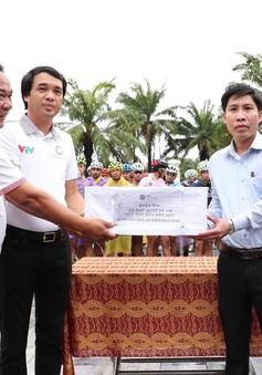 Đoàn đua xe đạp quốc tế VTV Cúp Tôn Hoa Sen 2019 quyên góp ủng hộ nhân dân Hà Tĩnh