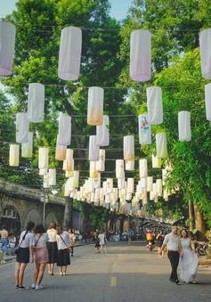 Check-in phố đèn lồng Phùng Hưng