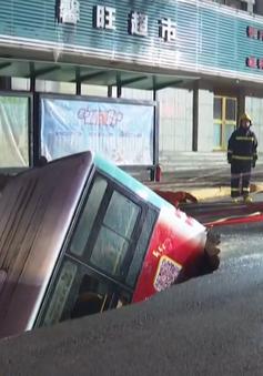 """Xe bus bất ngờ sập xuống """"hố tử thần"""", 6 người thiệt mạng"""