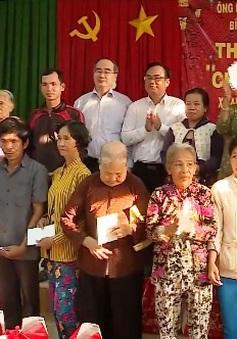 Đồng chí Nguyễn Thiện Nhân tặng quà Tết tại Trà Vinh