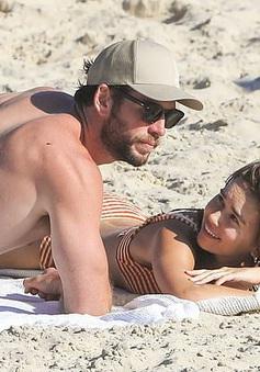Liam Hemsworth hạnh phúc bên bạn gái mới sau khi ly hôn