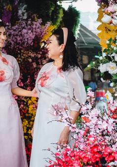 Kim Tuyến diện áo dài đôi cùng mẹ dạo chợ Bến Thành trước Tết
