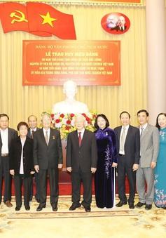 Trao huy hiệu Đảng cho cán bộ cấp cao Nhà nước