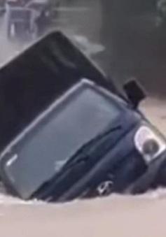VIDEO: Xe tải bị nước lũ cuốn trôi khi đi qua đập tràn