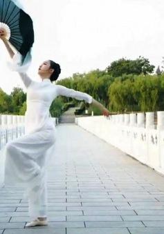 Đại diện Trung Quốc mặc trang phục giống áo dài Việt Nam thi tài năng tại Hoa hậu Trái đất 2020