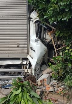 Xe tải tông nát xe máy, lao vào nhà nhà dân