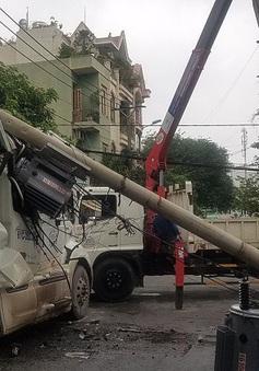 """Xe container kéo gãy 2 cột điện, tài xế thoát chết trong """"gang tấc"""""""