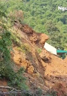 Nửa quả đồi nứt toác, đe dọa tính mạng hàng chục người dân