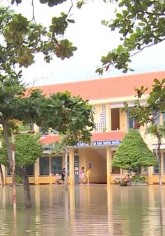 Khẩn trương dọn dẹp trường lớp sau bão để đón học sinh trở lại