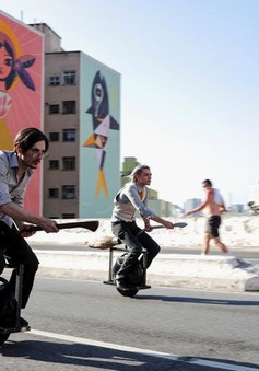 """Kỳ lạ, hai chàng trai sử dụng """"chổi"""" để di chuyển tại Brazil"""