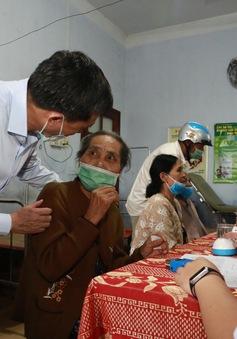 Hội Thầy thuốc trẻ khám bệnh, cấp phát thuốc miễn phí cho người dân vùng lũ