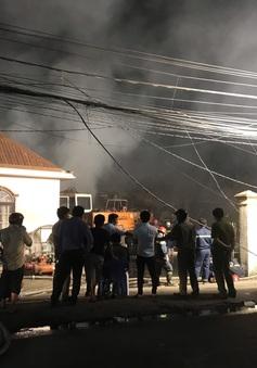 Cháy lớn tại công ty bao bì khiến cả khu phố mất điện