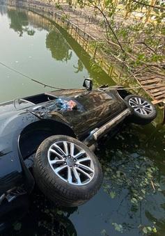 Ô tô 7 chỗ mất lái lao xuống hồ ở Hà Nội, 4 người thoát chết
