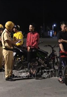 Hàng trăm thanh niên tụ tập 'đua xe', gây rối giao thông tại TP.HCM