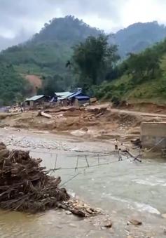 Cầu bị lũ cuốn trôi, người dân đánh đu mạng sống để qua sông