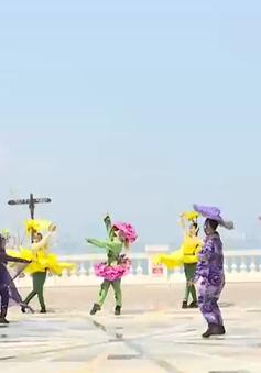 Bắt đầu ngày mới với ê-kip biểu diễn thực cảnh đa phương tiện