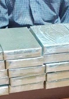 Bắt đối tượng vận chuyển 5 bánh heroin tại Lào Cai