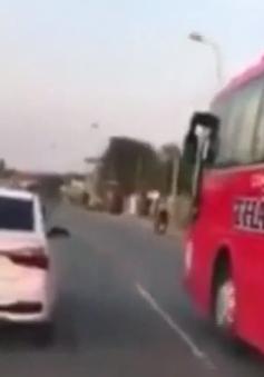 Xe cứu thương liên tục hú còi, ô tô 4 chỗ và xe khách quyết không nhường đường
