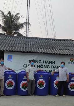 Tặng hàng trăm bồn chứa nước cho dân vùng hạn mặn