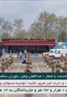 Iran duyệt binh bằng xe khử trùng