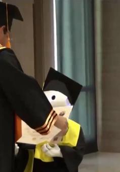 Robot thay sinh viên nhận bằng tốt nghiệp