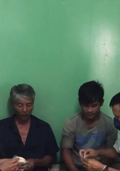 Nhà giàn DK1/11 cứu 30 ngư dân trên 4 thuyền thúng