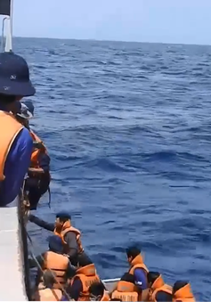 Cảm xúc thoát tử thần của 30 ngư dân được cứu nạn