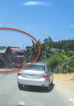 Xe ben lật nghiêng sau cú đánh lái tránh container vượt ẩu