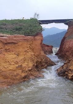 VIDEO: Nước rút hết, đập chứa nước bị vỡ trơ lỗ hổng khổng lồ