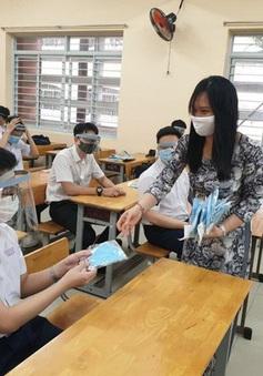 Học sinh đi học đeo khẩu trang, không nhất thiết phải đeo kính chắn giọt bắn
