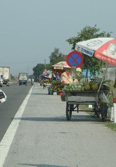 Mất an toàn giao thông từ tình trạng họp chợ ven đường