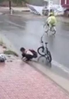 Cư dân mạng cảm phục cậu trò nhỏ vớt rác ở miệng cống trong mưa