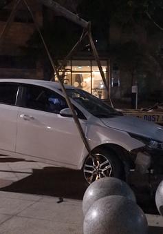 Va chạm với xe máy, ô tô lao vỡ kính tòa nhà trung tâm hành chính thành phố Đà Nẵng