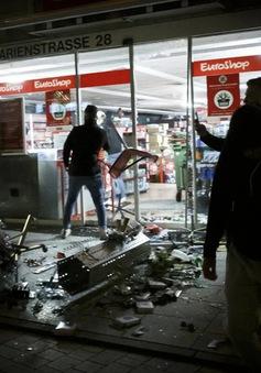 Bạo loạn tại Đức: 40 cửa hiệu bị đập phá, hàng chục cảnh sát bị thương