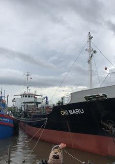 Bắt giữ tàu nước ngoài sang mạn dầu trái phép trên vùng biển Việt Nam