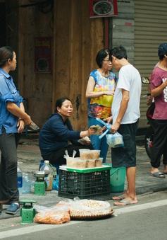 Người Hà Nội nhộn nhịp chuẩn bị tết Đoan Ngọ từ sáng sớm