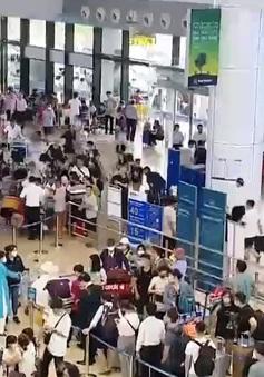 """""""Biển"""" người chờ đợi tại sân bay Nội Bài và Tân Sơn Nhất"""